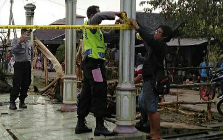 Polsek Kapuas Murung saat memasang garis polisi di lokasi kebakaran Desa Dadahup RT 11, Kecamatan Dadahup, Kabupaten Kapuas, pada Senin, 27 Juli 2020.