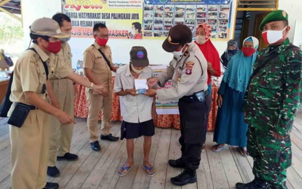 Penyaluran BLT DD tahap III di Desa Palingkau Jaya SP 1, Senin, 27 Juli 2020.
