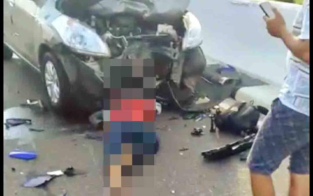 Pengendara sepeda motor yang terkapar usai bertabrakan dengan mobil di Jembatan Tumbang Nusa, Pulang Pisau, Senin, 27 Juli 2020 sore.