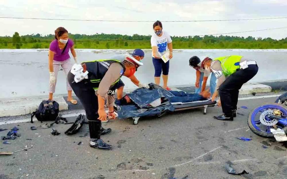 Petugas mengevakuasi korban kecelakaan maut di Jembatan Tumbang Nusa, Pulang Pisau, Senin sore, 27 Juli 2020.