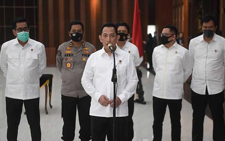 Kabareskrim Polri Komjen Pol Listyo Sigit Prabowo (tengah) memberikan keterangan terkait dicopotnya jabatan Kepala Biro Koordinasi dan Pengawasan (Korwas) PPNS Bareskrim Polri dari Brigjen Pol Prasetijo Utomo dalam upacara di Mabes Polri, Jakarta, Kamis 16 Juli 2020. Polri secara resmi mencopot Brigjen Pol Prasetijo Utomo dari jabatannya dalam rangka pemeriksaan terkait kasus surat jalan buronan Djoko Soegiharto Tjandra. ANTARA FOTO/Akbar Nugroho Gumay