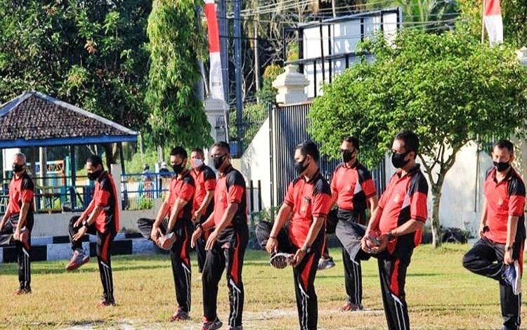 Personel Polresta Palangka Raya melakukan olahraga bersama.