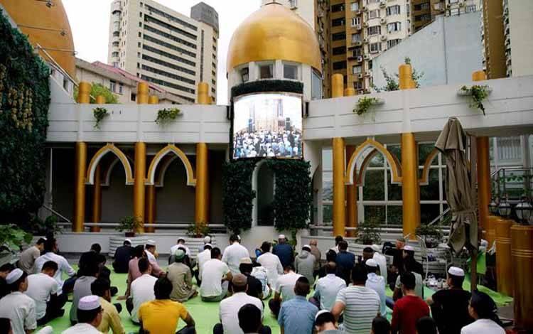 Umat Muslim ikuti Salat Idul Adha berjamaah disebuah masjid di Shanghai, Cina, 11 Agustus 2019. REUTERS/Aly Song