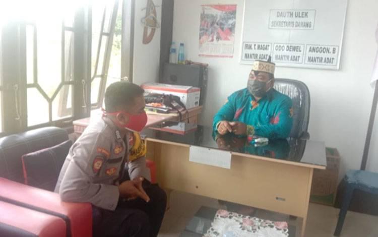 Personel Polsek Kurun Bripka Purwanto saat melakukan kunjungan ke kantor Damang Kepala Adat, Rabu,29 Juli 2020