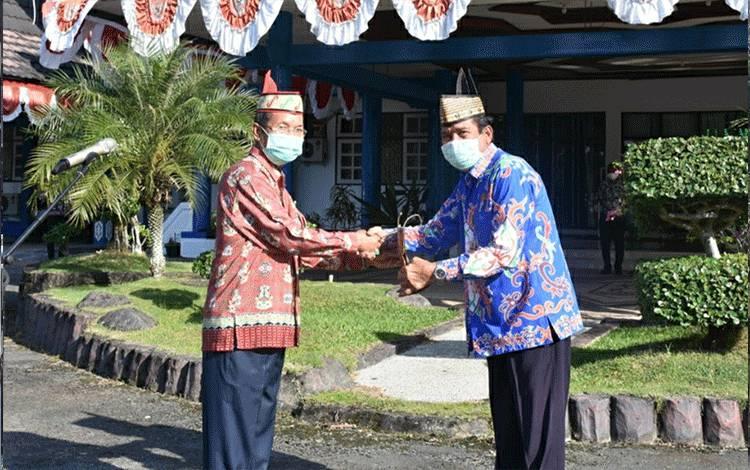 Wakil Bupati Kapuas HM Nafiah Ibnor bersama Pj Sekda Purna Tugas, Masrani di halaman kantor Bupati Kapuas pada Kamis, 30 Juli 2020.