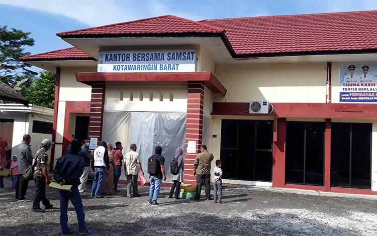 Warga antre di depan kantor Samsat Kobar. Sementara itu, penghapusan denda PKB Plat Kalteng, diperpanjang sampai 1 Oktober.