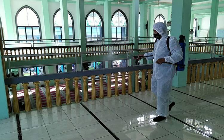 Personel Polres Kapuas saat melakukan penyemprotan cairan disinfektan ke sejumlah masjid jelang hari Raya Idul Fitri pada Kamis, 30 Juli 2020.