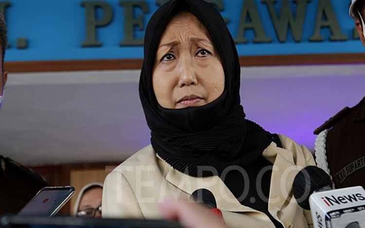 Ekspresi pengacara Joko Tjandra, Anita Kolopaking saat menjawab pertanyaan wartawan usai menjalani pemeriksaan di gedung Jaksa Agung Muda Pengawasan Kejagung, Jakarta, Senin, 27 Juli 2020. Pemeriksaan tersebut untuk mengkonfirmasi soal adanya pertemuan Anita dengan Kepala Kejaksaan Negeri Jakarta Selatan Anang Supriatna. TEMPO/M Taufan Rengganis