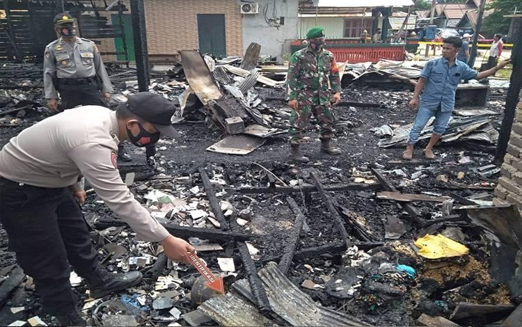 Petugas kepolisian dari Polsek Danau Sembuluh saat melakukan olah TKP terkait peristiwa kebakaran di Desa Sembuluh Ikecamatan Danau Sembuluh, Jumat, 31 Juli 2020.
