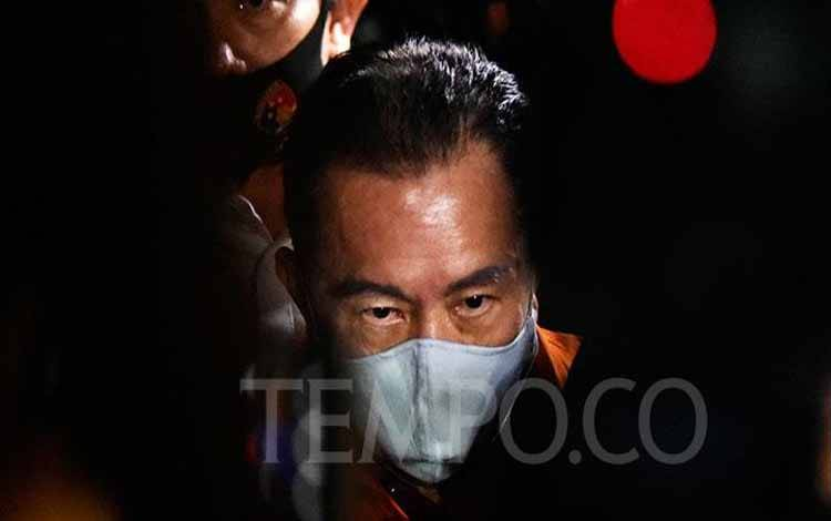 Buronan Koruptor Joko Soegiarto Tjandra alias Djoko Tjandra digiring petugas setelah tiba di Bandar Udara Halim Perdanakusuma, Jakarta, Kamis malam, 30 Juli 2020. (foto : TEMPO/Imam Sukamto)