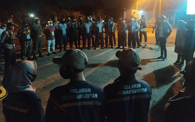 Wali Kota Palangka Raya Faiird Naparin secara resmi membubarkan pos lintas batas pada, Jumat malam, 31 Juli 2020