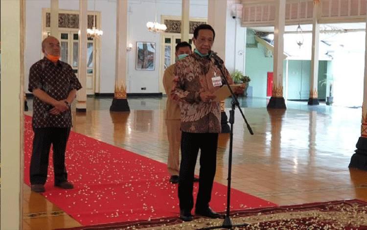Raja sekaligus Gubernur DIY Sri Sultan Hamengkubuwono X memberi pernyataan kepada rakyat Yogyakarta, soal wabah pendemi Corona dari Bangsal Kepatihan Komplek Kantor Gubernur DIY Senin 23 Maret 2020. (foto : TEMPO/Pribadi Wicaksono)