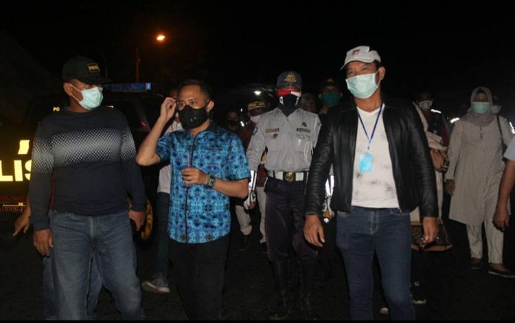 Wali Kota Palangka Raya Faiird Naparin secara resmi membubarkan pos lintas batas pada, Jumat malam 31 Juli 2020.