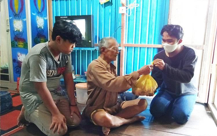 Mbah Arjo Timan (87), saat menerima daging kurban