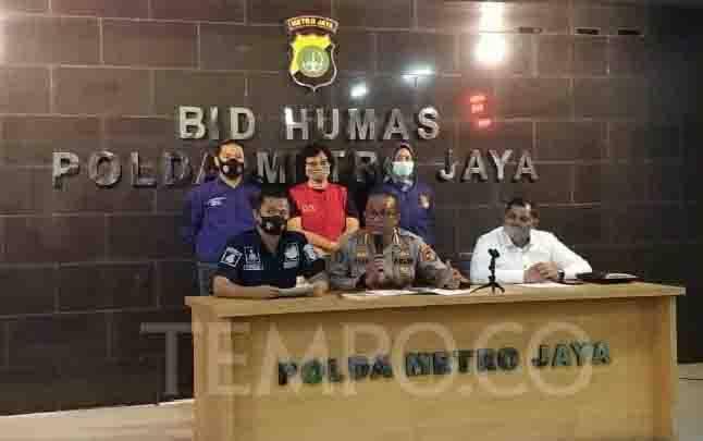 AS, tersangka pencemaran nama baik terhadap keluarga Ahok mengenakan rompi merah saat dihadirkan di Polda Metro Jaya, Jakarta Selatan, Kamis, 30 Juli 2020. Dua akun yang dilaporkan adalah @ito.kurnia dan @an7a_s679. (foto : TEMPO/M Julnis Firmansyah)