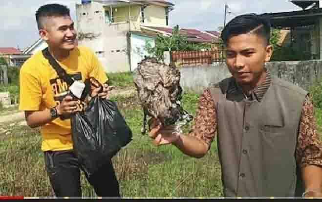 Youtuber, Edo Dwi Putra bersama temannya tengah mencari sampah untuk dijadikan konten prank bagi daging kurban. (Foto: Youtube Edo Putra Officia)
