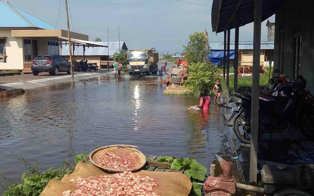 Jalan Cakra Adiwijaya, Kelurahan Mendawai, Kecamatan Sukamara yang sempat terendam banjir.