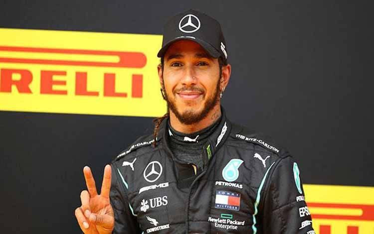 Selebrasi Lewis Hamilton di atas podium setelah memenangkan balapan Formula Satu F1 - Grand Prix Steiermark di Sirkuit Red Bull, Spielberg, Styria, Austria, Ahad, 12 Juli 2020. REUTERS/Leonhard Foeger