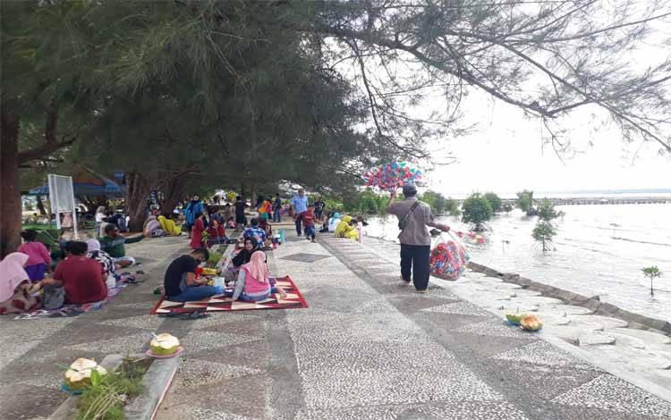 Masyarakat atau wisatawan mulai ramai kunjungi sejumlah objek wisata di Pantai Kubu