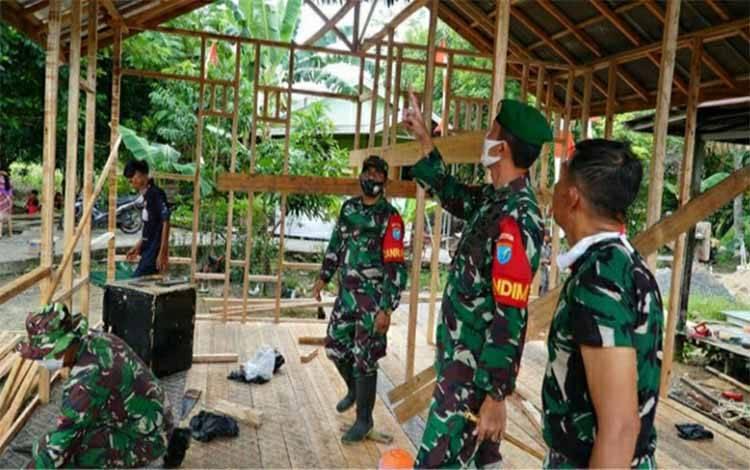 Dandim 1011 Kuala Kapuas meninjau kegiatan karya bakti bedah rumah warga Handel Paremas, Desa Pulau Telo, Kecamatan Selat