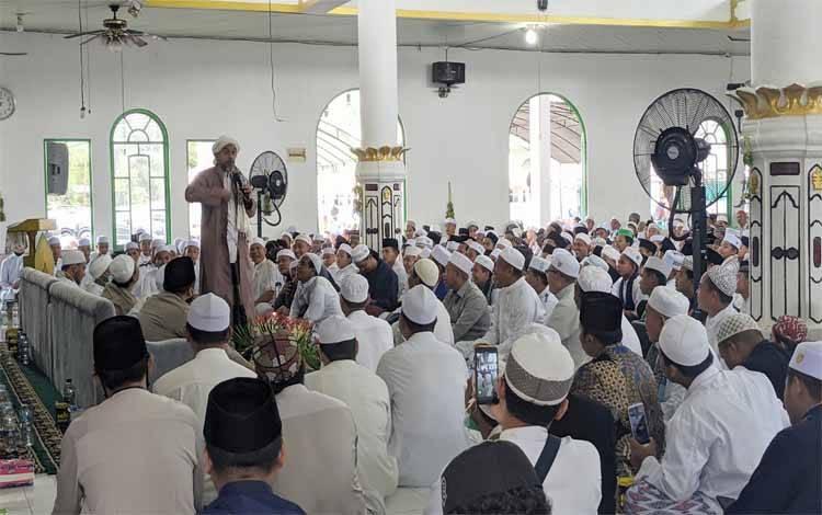 Habib Mustofa saat menyampaikan ceramah pada Haul Akbar Pendiri Pondok Pesantren Darul Amin Sampit yang ke 17