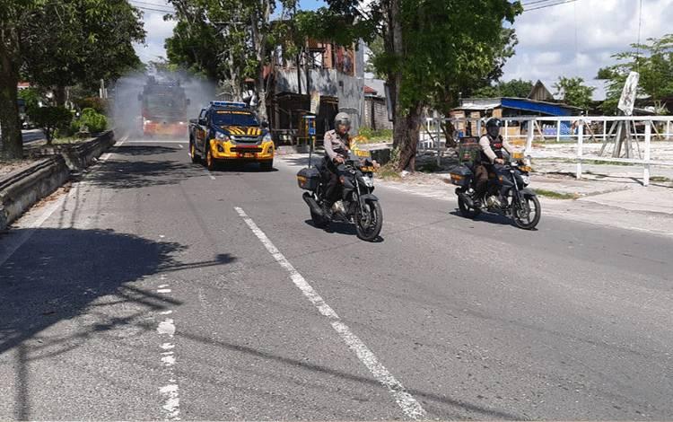 Anggota Polres Kobar tetap semprotkan disinfektan ke sejumlah jalan protokol di dalam Kota Pangkalan Bun, Minggu, 2 Agustus 2020.