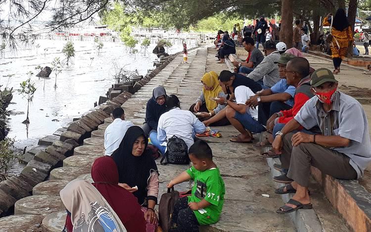 Tempat wisata di Kobar ramai saat libur Idul Adha. Namun masih banyak ditemui pengunjung tidak memakai masker.