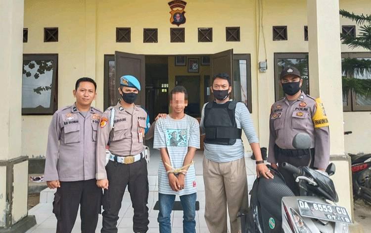 Tersangka pencurian sepeda motor diamankan personel Polsek Kahayan Kuala.