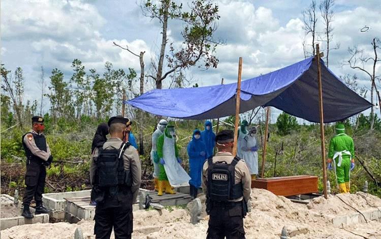 Personel Polresta Palangka Raya dan Ditsamapta Polda Kalteng melakukan pengawalan suspek covid-19 di TPU Km 12, Minggu 2 Juli 2020.