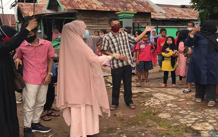 Wakil Bupati Seruyan Hj Iswanti saat mengunjungi korban kebakaran di Desa Sembuluh.