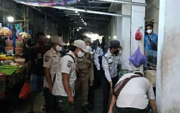 Personel Satpol PP Kapuas bersama instansi terkait saat lakukan penertiban dan penaataan pasar induk Kuala Kapuas.