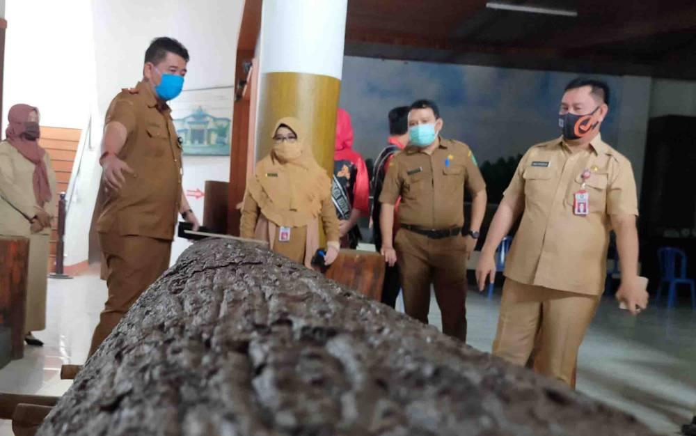 (Dari kanan) Sekda Kotim Halikinnor, Kadisbudpar, Kadis P3AP2KB, dan Kadis Pendidikan meninjau lokasi belajar bersama di Museum Kayu Sampit, Senin, 3 Agustus 2020.