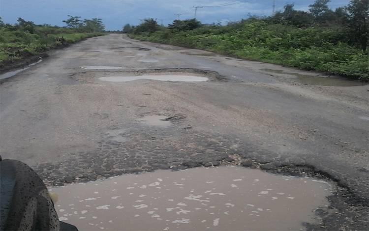 Ruas jalan Kereng Pangi - Baun Bango tepatnya di UPT Hiyang Bana rusak berat.
