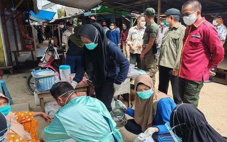 Rapid test massal yang diikuti ratusan warga Muara Laung. (Foto Trisno)