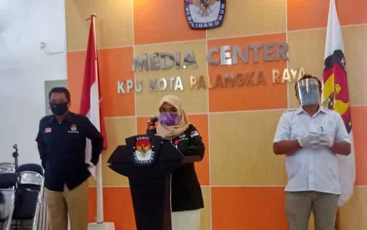 Ketua KPU Kota Palangka Raya Ngismatul Choriyah saat menyampaikan update data pemilih setiap hari kepada publik di media center KPU setempat, Selasa 4 Agustus 2020.