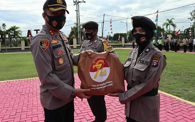 Kapolres Kapuas AKBP Manang Soebeti secara simbolis menyerahkan pendistribusian paket sembako jelang Hari Jadi ke-72 Polwan pada Selasa, 4 Agustus 2020.