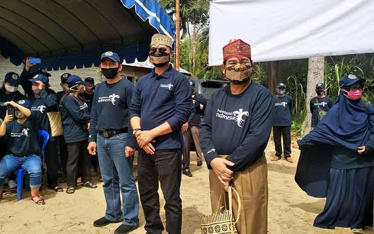 Direktur Destinasi Regional II Kementerian Pariwisata dan Ekonomi Kreatif RI, Dr Wawan Gunawan (tengah) saat tiba di Desa Pilang Kecamatan Jabiren Raya Kabupaten Pulang Pisau, Selasa, 4 Agustus 2020.