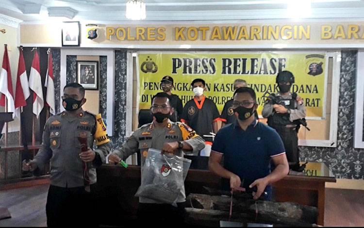 Kapolres Kobar AKBP E Dharma B Ginting saat konferensi pers penanganan kasus karhutla, Selasa, 4 Agustus 2020.