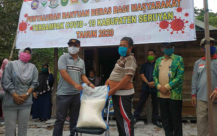 Ketua DPRD Seruyan, Zuli Eko Prasetyo saat menyerahkan bantuan beras dari pemkab untuk warga terdampak covid-19, belum lama ini.