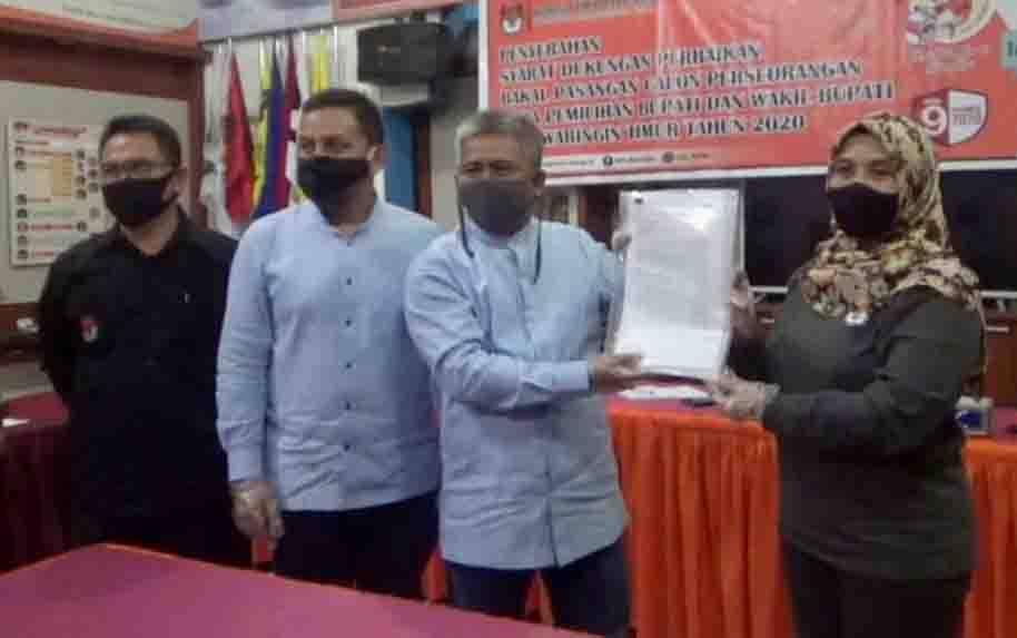 Pasangan Yoyo - Madi saat menyerahkan dokumen syarat dukungan ke KPU Kotim, beberapa waktu lalu.