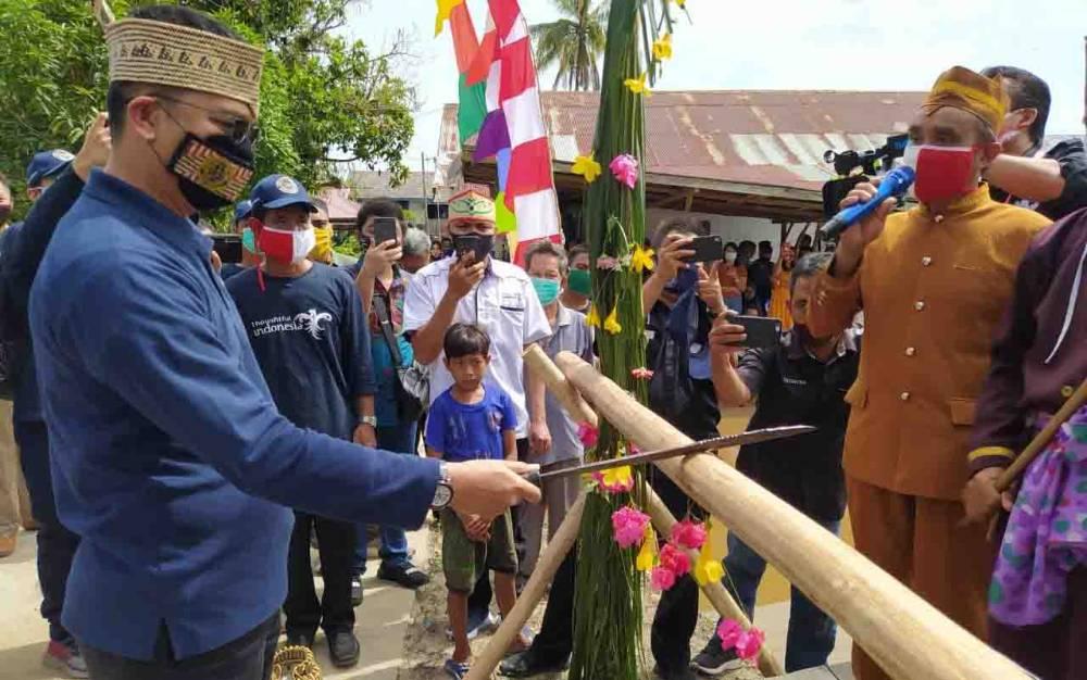 Direktur Pengembangan Destinasi Regional II Kemenparekraf, Wawan Gunawan disambut dengan prosesi adat potong pantan di Desa Pilang.