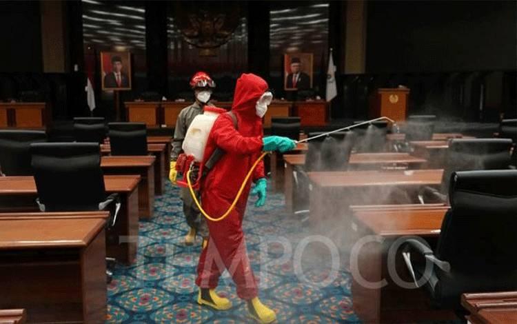 Petugas Damkar menyemprot cairan disinfektan di Gedung DPRD DKI Jakarta, Rabu, 29 Juli 2020. TEMPO/Muhammad Hidayat