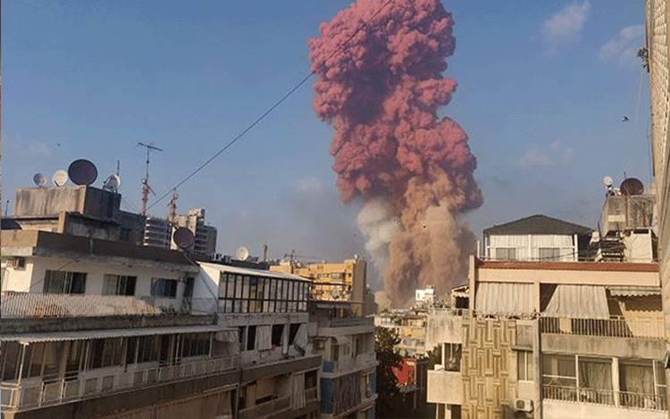 Kepulan asap terlihat setelah terjadi sebuah ledakan bahan peledak di Beirut, Lebanon 4 Agustus 2020. Ledakan di Beirut, menurut saksi mata, memang sungguh massif. Dampaknya terasa hingga beberapa kilometer dari lokasi ledakan. Mereka yang mengamati dari gedung bertingkat pun terpelanting ketika ledakan terjadi. Talal Traboulsi/via REUTERS