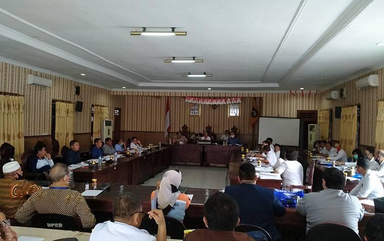 Rapat dengar pendapat lahan kuburan Jalan Jenderal Sudirman km 6, di DPRD Kotawaringin Timur, Rabu, 5 Agustus 2020.