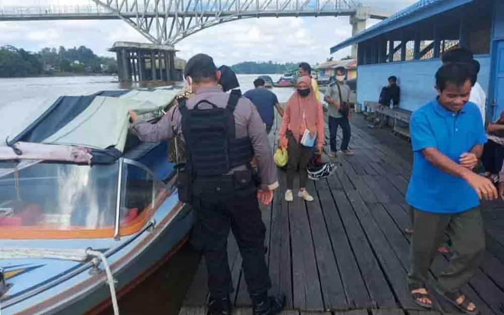 Personel Polres Barito Utara menyampaikan imbauan seputar keselamatan di pelabuhan taksi air, Rabu, 5 Agustus 2020.