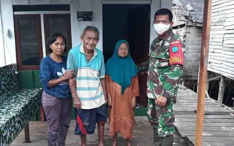 Babinsa Kelurahan Pahandut Sebrang, Koramil 1016-01 Pahandut, Sertu Dasril bersama warga di depan rumah yang selesai direhab.