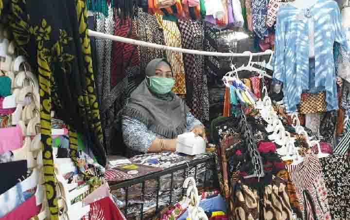 Pedagang batik di Pasar Beringharjo, Yogyakarta. (foto : tempo.co)