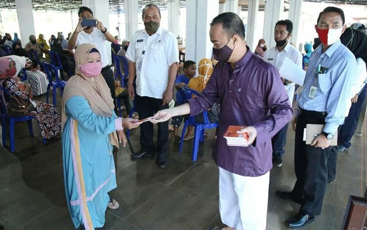 Bupati Seruyan Yulhaidir menyerahkan bantuan dana stimulus bagi pelaku usaha terdampak covid-19 di Seruyan.