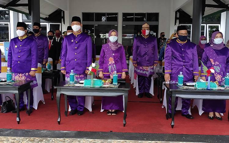 Bupati Sukamara, Windu Subagyo saat mengikuti upacara peringatan hari jadi Kabupaten Sukamara beberapa waktu lalu.