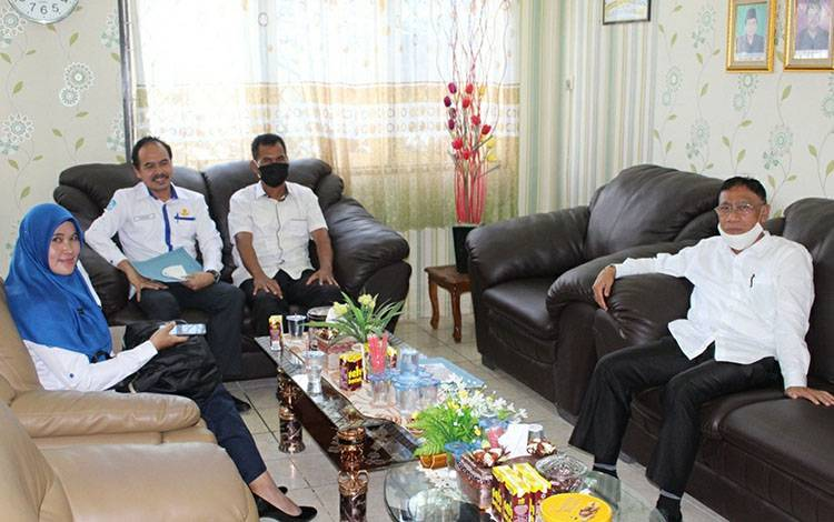 Ketua PGRI Kapuas, Kadeni saat berkoordinasi dengan Kepala Kemenag Kapuas, H Ahmad Bahruni (paling kanan).